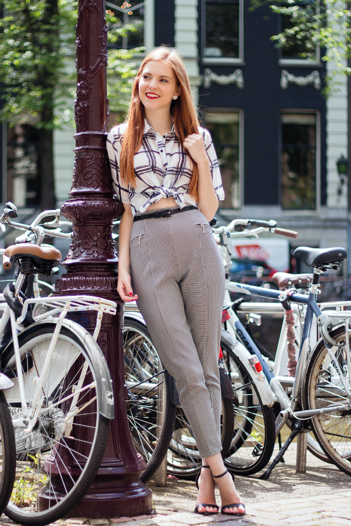 f91c5e0b05bd9a Fashion Blogger Outfit with Knotted Blouse, houndstooth pants and print mix